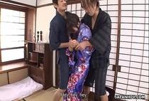จับสาวสวยใส่ชุดกิโมโนมารุมข่มขืน แอบมองอยู่นานไม่ถอดซะทีจับเย็ดคาชุดซะเลย หุ่นอวบมาก
