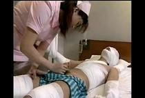 พยาบาลสาวฝึกหัดโดนหมอใหญ่สั่งให้รีดน้ำคนไข้นอนควยแข็งอยู่บนเตียง xxx18+ เห็นแล้วอยากป่วยเลย